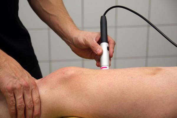 Laser wysokoenergetyczny kolano skoczka leczenie