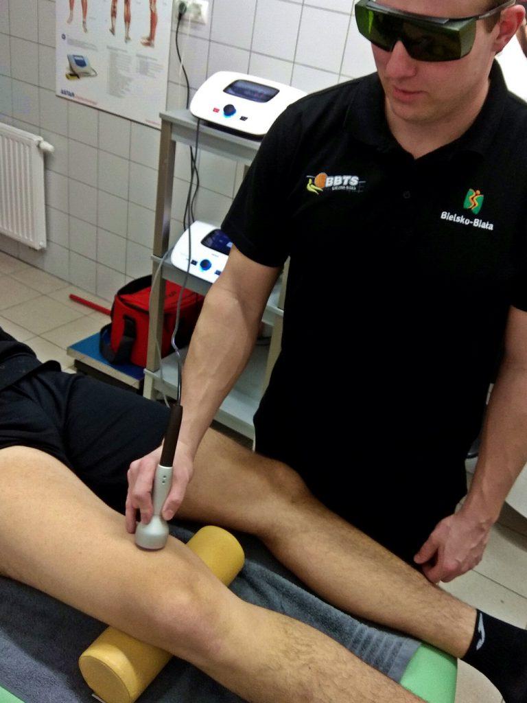 Laseroterapia wysokoenergetyczna - naderwanie mięśnia czworogłowego - zabieg Polaris HPs